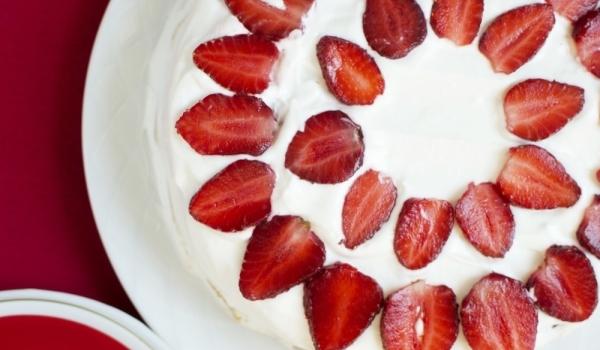 Лек сладкиш с кисело мляко и ягоди