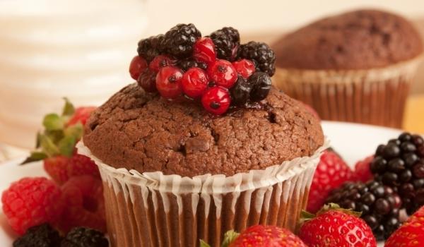 Какаови мъфини с ягоди
