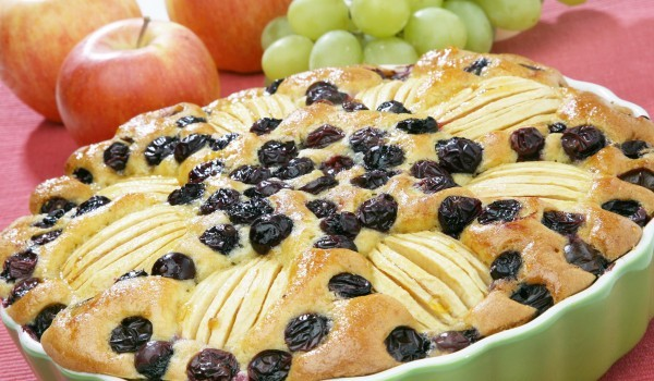 Сладкиш с цели ябълки и грозде