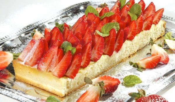 Бърза новогодишна торта с извара и ягоди