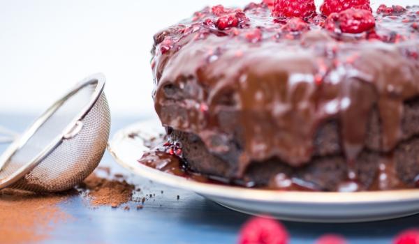 Веганска шоколадова торта с малини