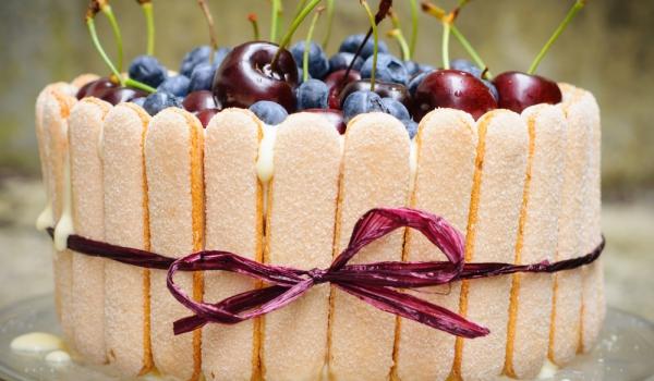 Вишнева торта с бишкоти