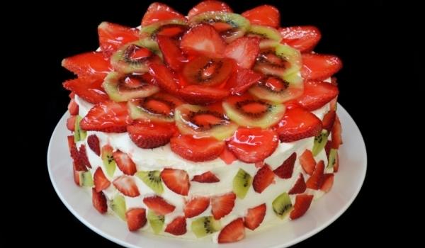 Торта с ябълки, ванилов крем и киви