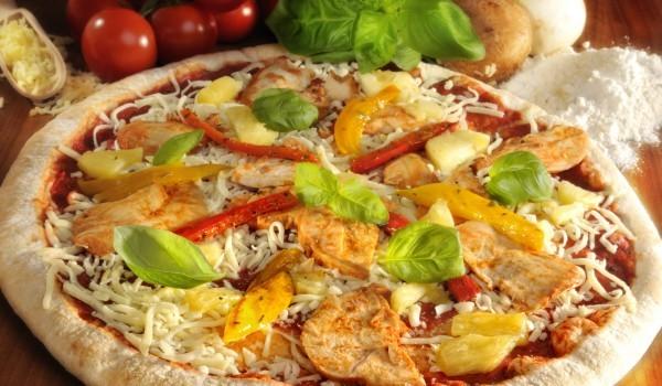 Сочна пица с картофи и ананас
