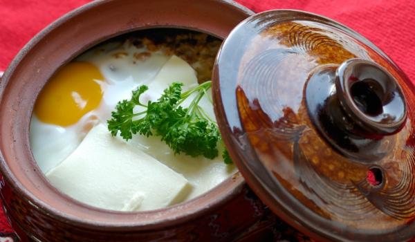 Гювечета с яйца, бекон и гъби