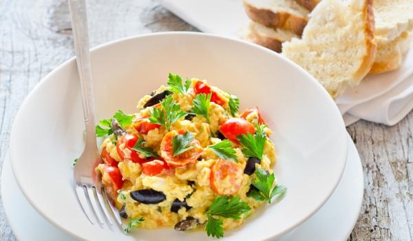 Бъркани яйца с маслини