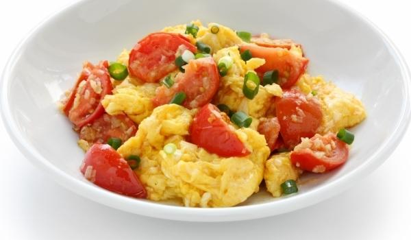 Бъркани яйца с домати