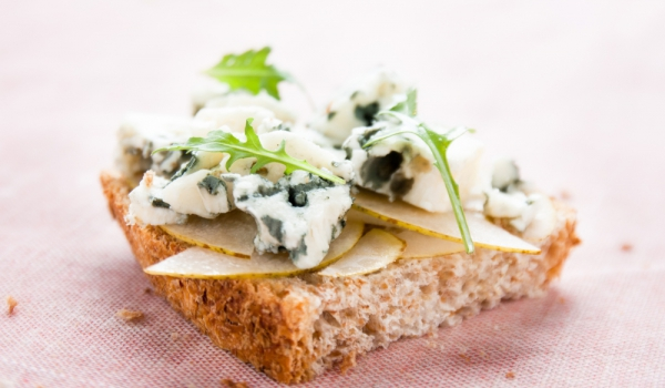 Тостове с круша и синьо сирене