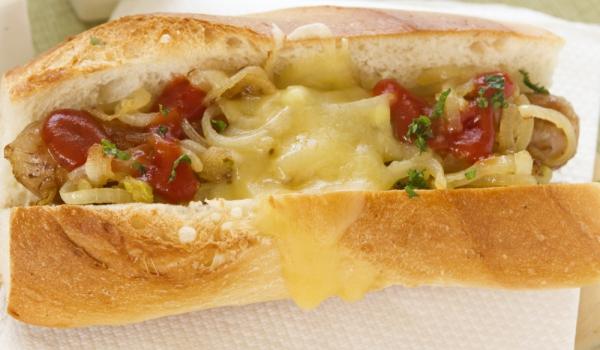 Хот дог с чили и сирене