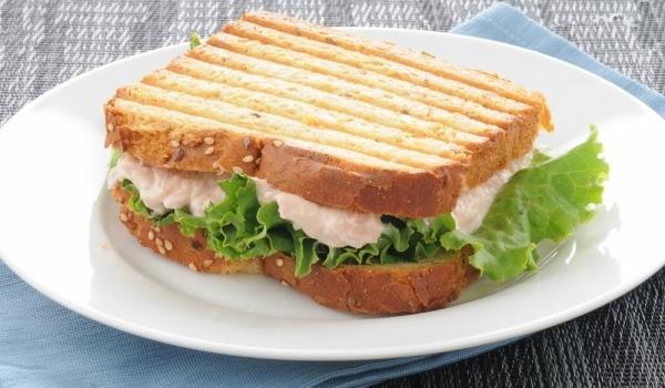 Сандвич с майонеза и риба тон