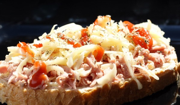 Топли сандвичи със салам, кашкавал и домати