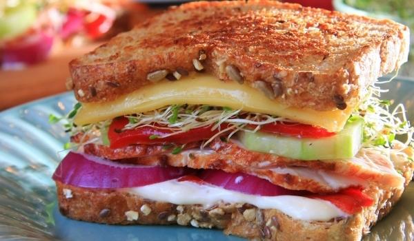 Сандвич с пуешко и кълнове