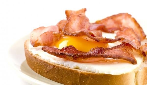 Сандвич с бекон и яйце