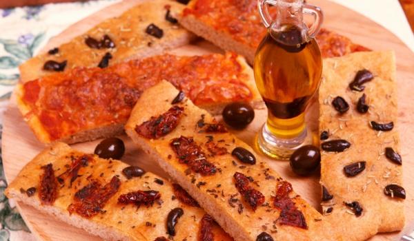 Фокача с доматен сок и босилек
