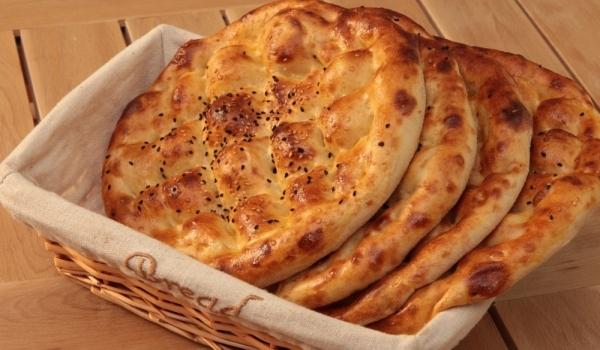 Турска питка с два вида брашно и сусам