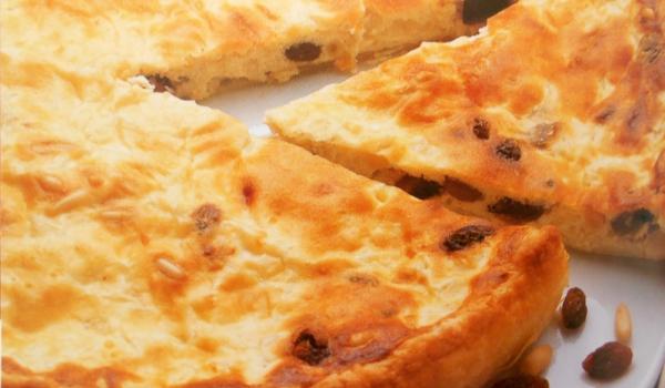 Киш със сирене, стафиди и кедрови ядки