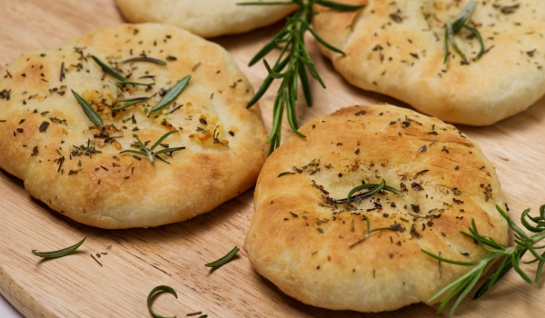 Хлебчета с розмарин и газирана вода