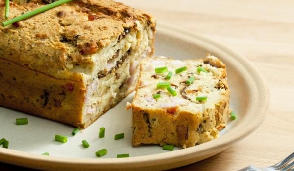 Бърз солен кекс с шунка и магданоз