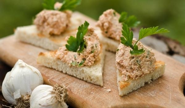 Хайвер от чесън, хляб и орехи