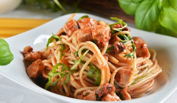 Италиански сос за спагети с домати, пиле и босилек